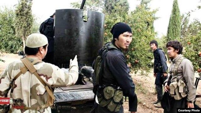 Сирияда соғысып жүрген монголоид нәсілді адамдар. (syria news сайтының Facebook парағында жарияланған сурет)