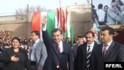 Президент Раҳмон дар ҳалқаи муҳофизонаш дар Хучанд, 15 ноябри соли 2007.