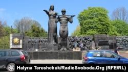 Монумент слави обгороджують у Львові, 23 квітня 2018 року