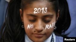 Поминалньая церемония по жертве группового изнасилования. Ахмедабад, декабрь 2012 года. Иллюстративное фото.