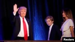 АҚШ президенттігіне жаңадан сайланған Дональд Трамп сайлаудағы жеңісінен кейін әйелі және ұлымен бірге тұр. Нью-Йорк, 9 қараша 2016 жыл.