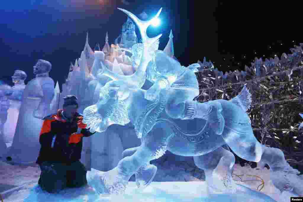 Эта скульптура, изображающая героев диснеевской сказки, появилась на фестивале в Бельгии. Ее автор - россиянин Сергей Асеев. Брюгге, 20 ноября 2013 года.