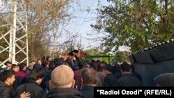 На похоронах погибшего на погранзаставе Изатулло Латифова. Душанбе, 7 ноября 2019 года.