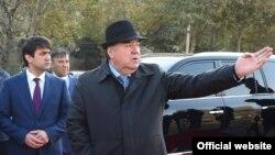 Президент Таджикистана Эмомали Рахмон (справа) с сыном Рустамом Эмомали, главой столичной администрации. Душанбе, 2 декабря 2017 года.