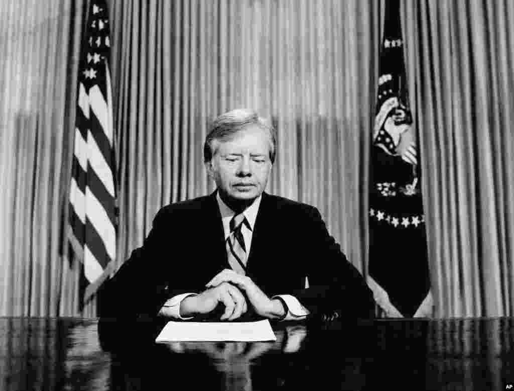 Президент США Джимми Картер готовится к телевизионному обращению из Овального кабинета Белого дома. 25 апреля 1980 года. Он сообщил, что его решение направить спасательную миссию в Иран обернулось неудачей. Операцию «Орлиный коготь» пришлось прервать. Восемь американских военнослужащих погибли.