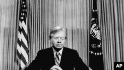 Jimmy Carter amerikai elnök tévébeszédet mond 1980. április 25-én, melyben bejelenti, a túszszabadító akció kudarcát