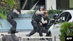 Джакарта орталығында Starbucks кафесі маңына жарылыстан кейін барған полицейлер. Индонезия, 14 қаңтар 2016 жыл.