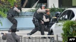 نیروهای پلیس در نزدیکی کافه استارباکس