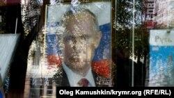 Портрет президента России Владимира Путина в витрине магазина. Симферополь, октябрь 2014 года