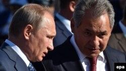 Ресей президенті Владимир Путин (сол жақта) мен қорғаныс министрі Сергей Шойгу.