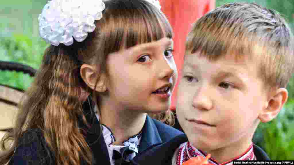 У Даші вже є друг у новому класі. Вона познайомилась із ним раніше. Батько одного з Дашиних однокласників каже, що йому не важливо, звідки приїхали діти, які навчатимуться разом із його дитиною. На його думку, запорукою миру є те, що діти з різних регіонів України вчаться разом