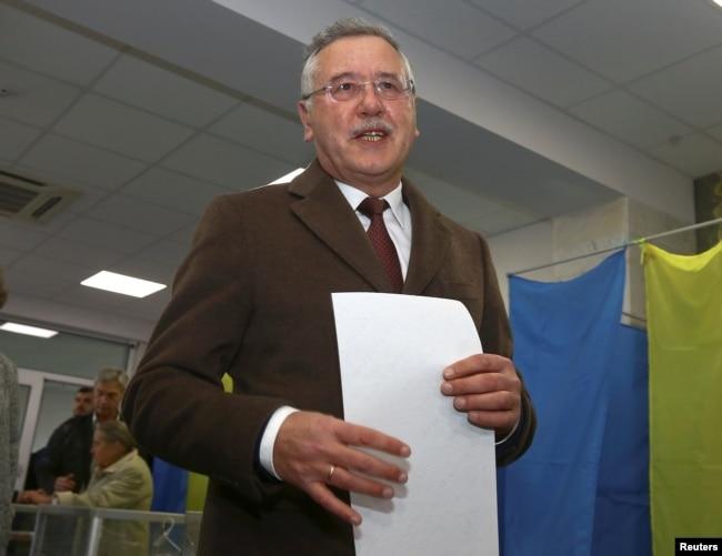 Анатолій Гриценко голосує на виборчій дільниці. Київ, 31 березня 2019 року