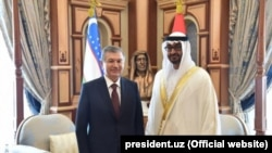 Uzbek President Shavkat Mirziyoev (left) attends a welcoming ceremony in Abu Dhabi on March 25.
