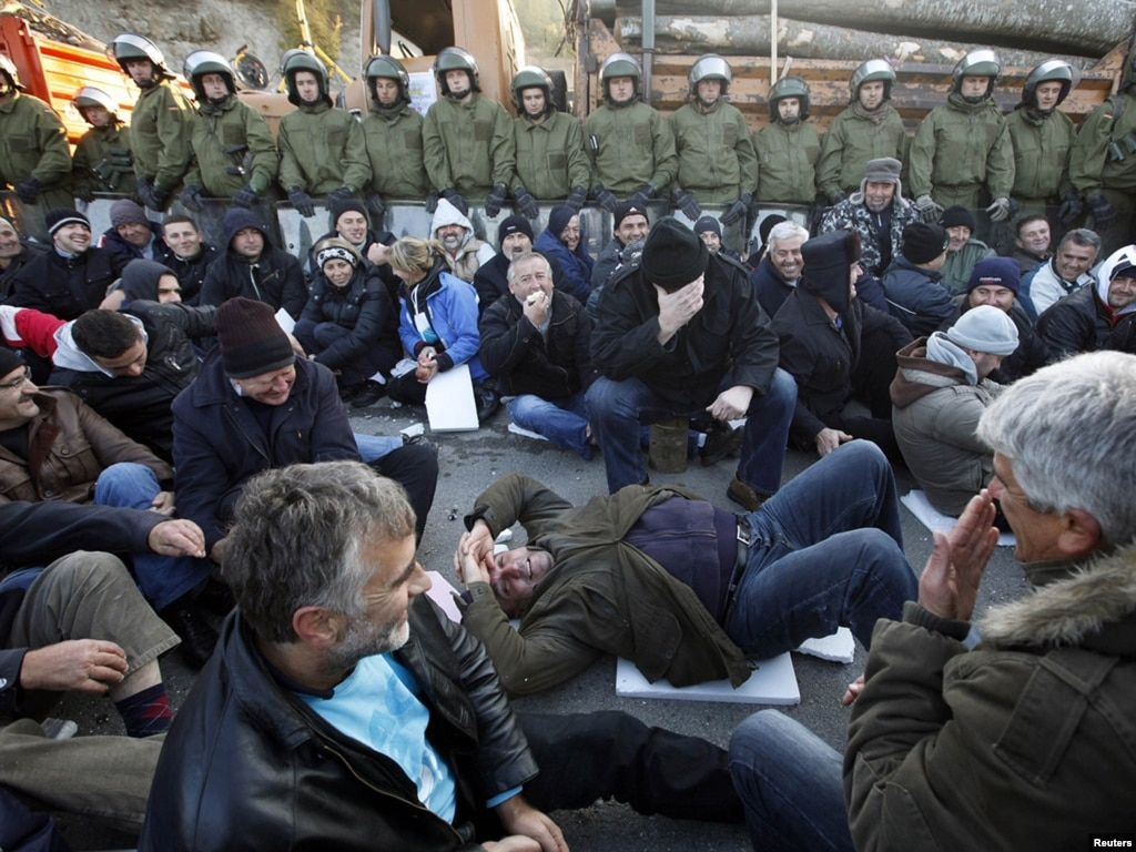 На севере Косова миротворческие силы НАТО утром 20 октября начали разбирать баррикады, возведенные местными сербами...