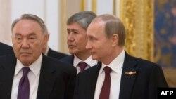Президент Казахстана Нурсултан Назарбаев, президент Кыргызстана Алмазбек Атамбаев и президент России Владимир Путин.