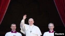 Папа римский Франциск обратился кверующим с традиционным посланиемUrbi et orbi, Ватикан, 25 декабря 2019 года