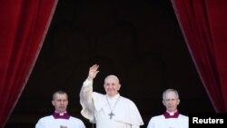 Рим папасынын кайрылуусун Ыйык Петр аянтында миңдеген адамдар угуп турушту, 25-декабрь, 2019-жыл.