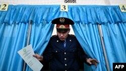 Полицейский выходит из кабинки для голосования. Байконур, 20 марта 2016 года.