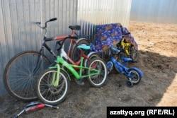 Жетесовтер отбасындағы балалардың велосипедтері. Ақтөбе, 30 шілде 2016 жыл.