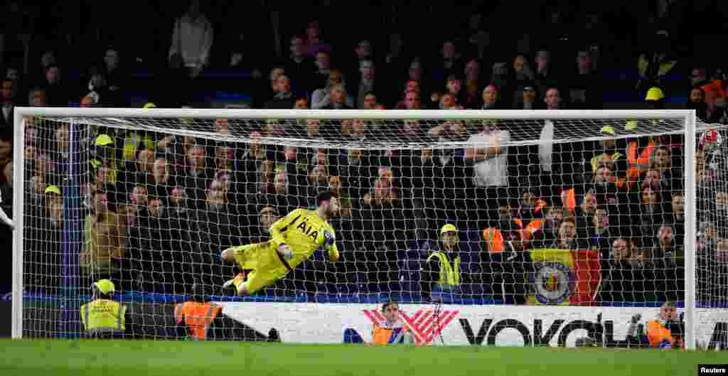 """Второй мяч влетает в сетку """"Тоттенхэма"""". Этому голу гораздо больше радовались в Лестере, чем на стадионе """"Челси"""" """"Стэмфорд Бридж""""."""