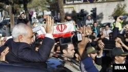 Министр иностранных дел Ирана Джавад Зариф приветствует соотечественников после возвращения из Лозанны. Тегеран, 03.04.2015