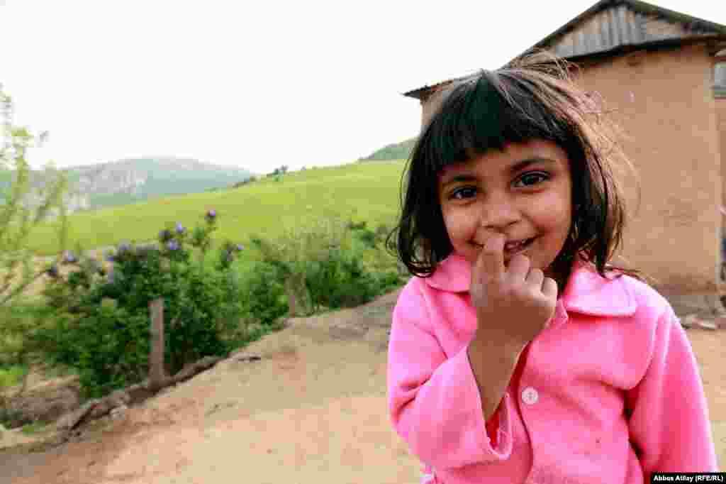 4-летняя Гулу Маммедова живет в деревне Шамахи, в Азербайджане. Мечтает стать учительницей и очень любит детей. Хочет, чтобы в следующем году ее семья была вместе.