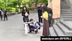 Несколько студентов на территории вуза пишут призывы к забастовке, Ереван, 12 апреля 2018 г․