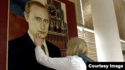 """Герой фильма """"Дети-404"""" молодой гей Павел в Ульяновском музее Ленина"""