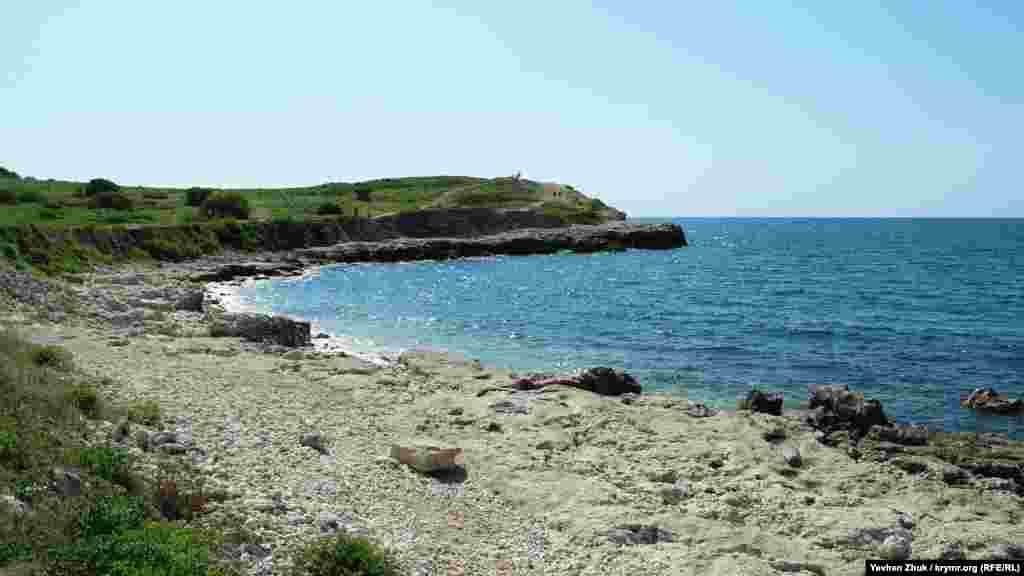 Дикий пляж біля музею-заповідника «Херсонес Таврійський». Раніше на цьому пляжі було багато відпочиваючих.