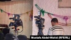 إعلاميون عراقيون أثناء تصوير برنامج تلفزيوني