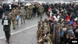 Пахаваньне ўкраінскага вайскоўца, які загінуў каля Аўдзееўкі на Данбасе. Кіеў, 3 лютага.