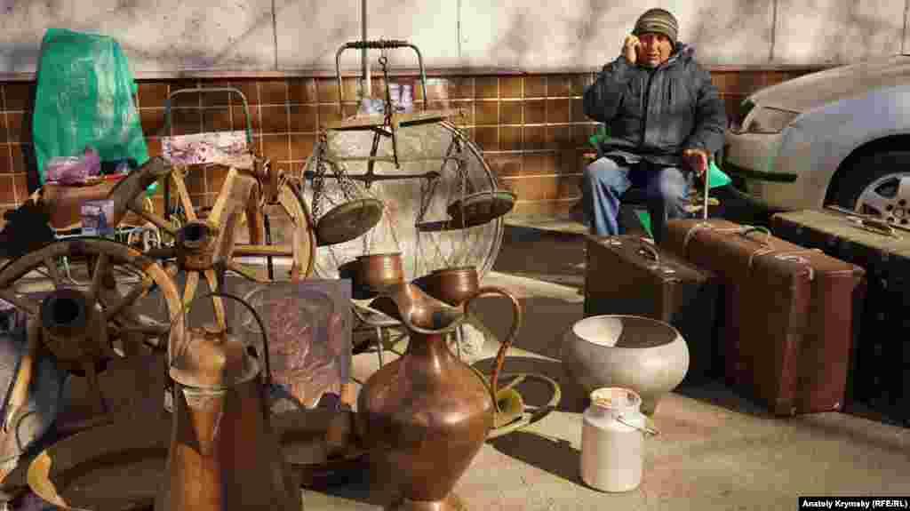 Валерий специализируется на продаже подлинной крымскотатарской утвари. Уверяет, что его подносу, весам, колесам к телеге больше ста лет