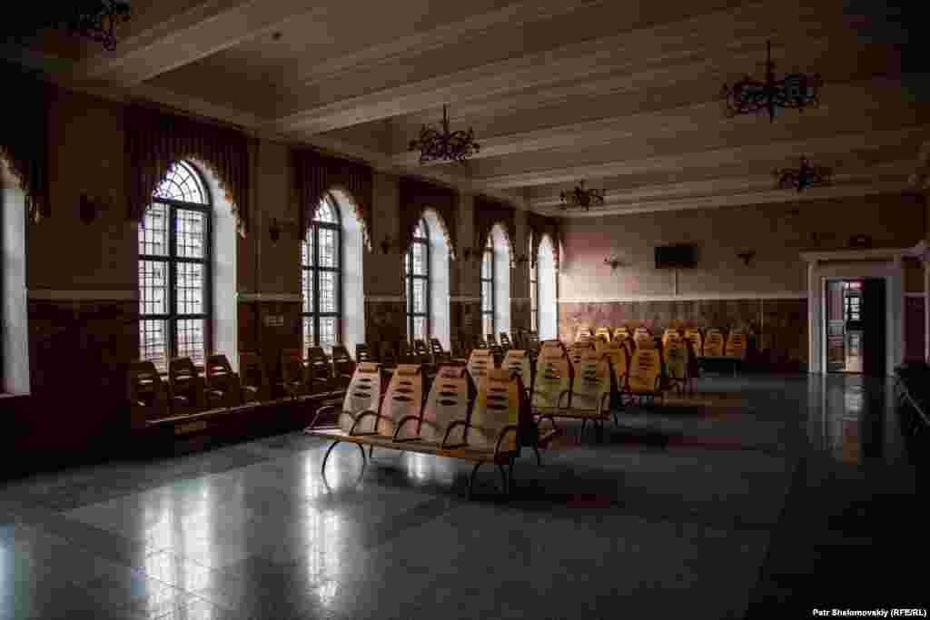 An empty hall at the Debaltseve train station