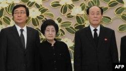 Бывшая первая леди Южной Кореи Ли Хи Хо (в центре)
