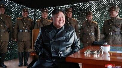 """""""Niko nije nosio maske za razliku od prethodne vežbe"""", severnokorejski lider Kim Džong Un promatra ispaljivanje projektila, 21. mart, 2020."""