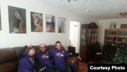 Рамис Юнус со своими сыновьями сморит Супербоул. 3 февраля 2013