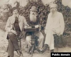 Яков Полонский, Николай Страхов и Афанасий Фет (слева направо), Воробьевка,1880-е
