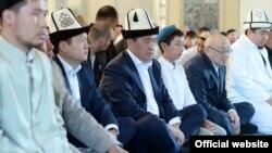 Сооронбай Жээнбеков во время айт-намаза в центральной мечети Бишкека, 11 августа 2019 г.