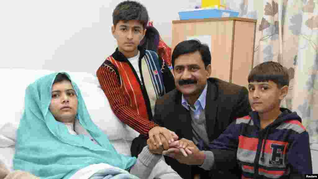 Malala Britaniyada xəstəxanada olarkən ailəsi ilə.