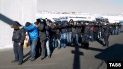 Imigrantët e arrestuar në lagjen Biryulyuovo të Moskës