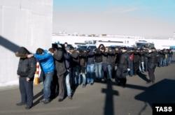 Массовое зедаржание приезжих рабочих на овощной базе в Бирюлево. 14 октября 2013 года
