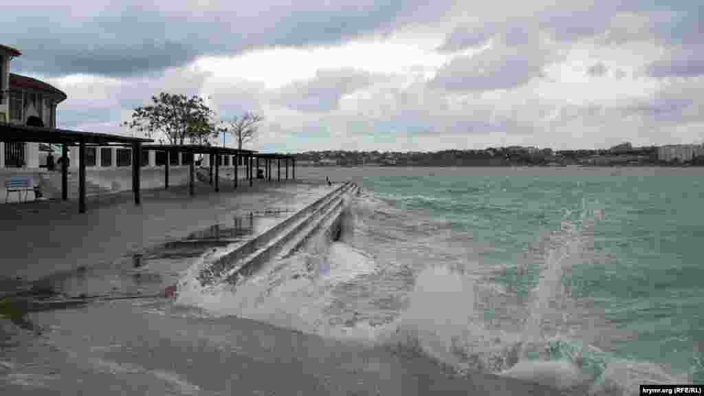 Хвилі заливають пляж «Кришталевий» у Севастопольській бухті.