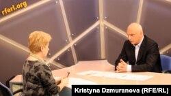 Александр Тимошенко Азаттық радиосы редакциясында сұқбат беріп отыр. Прага, 9 қаңтар 2012 жыл.