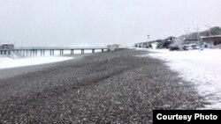 Если учесть, что снег на абхазском побережье выпадает далеко не каждый год, а если и выпадает, то обычно ближе к концу зимы, это было поистине редкостное явление
