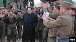 Солтүстік Корея президенті Ким Чен Ын (ортада) әскерилер арасында.