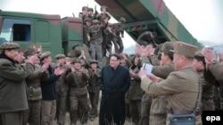 Лидер Северной Кореи Ким Чен Ын (в центре) на встрече с военными.