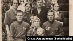 Семья Анны Кравченко, она – крайняя справа