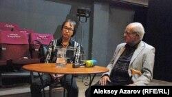 Автор пьесы «Джут» Олжас Жанайдаров и театральный режиссер Рубен Андриасян на обсуждении после постановки спектакля в Алматы. 15 октября 2015 года.
