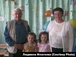 Lüdmila İgnatenkonıñ babası qadını ve toruları ile