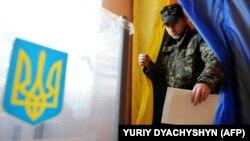 Під час голосування на одній з виборчих дільниць на Львівщині (архівне фото)